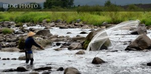 長野県は千曲川の風情あふれる投網の風景